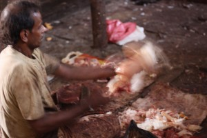 Indische Metzgerei, Crawford Market Mumbai, Abteilung Huhn, Metzger bei der Arbeit
